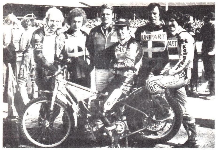 Motorbladet april 1980 bragte dette billede af VM-Team sølvholdet 1979. Fra venstre Bo Petersen, Hans Nielsen, Oluf Frimodt, Mikael Lohmann, Finn Thomsen. Holdkaptajn Ole Olsen på cyklen.
