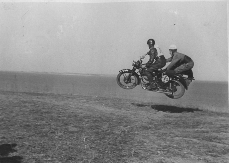 Bakkeløb Moesgaard 1951. Aksel i sidevognen hos Gunnar Williams gør et nyt forsøg på at tæmme bakken.
