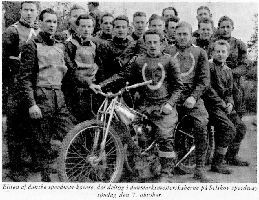 Hele DM-feltet blev fotograferet inden løbet. Arne Pander på cyklen og Aksel yderst til højre.
