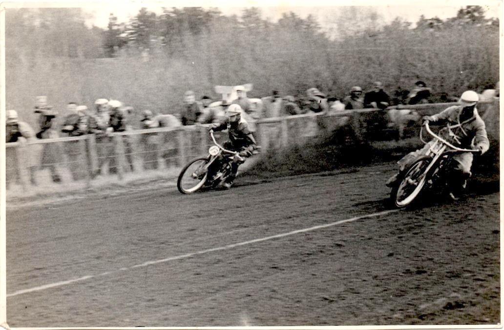Hem Odde 1955. Aksel tv og Arne Pander. Arne Pander vandt de tre første heat, men så tog Aksel sig sammen og vandt det fjerde og sidste.