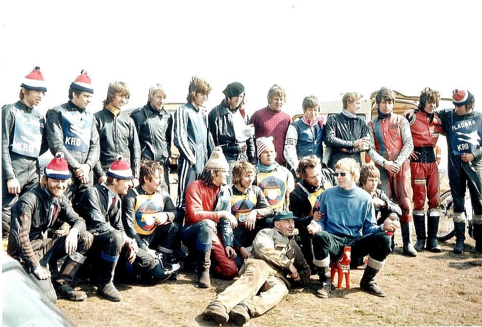 I påsken 1973 havde AMK besøg af det svenske hold Masarna fra Avesta. Der var arrangeret træning i Hvidsten, hvor der bl.a. blev kørt en match med deltagelse af Pirater, Pythoner, Svanerne fra Randers udover svenskerne. Finn står nr. 5 fra højre. Liggende baneejer Karl Hansen.