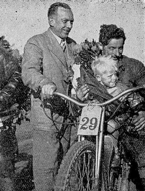 JM Løvel 1957. Aksel vandt her titlen og ses her med sønnen Steffen. Det er Chr. Wenderby til venstre.