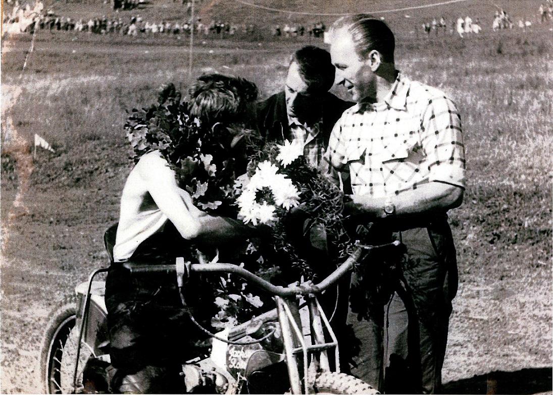 JM Løvel 1958. Mester Aksel får en snak med Arne Pander og Lindegaard Pedersen.