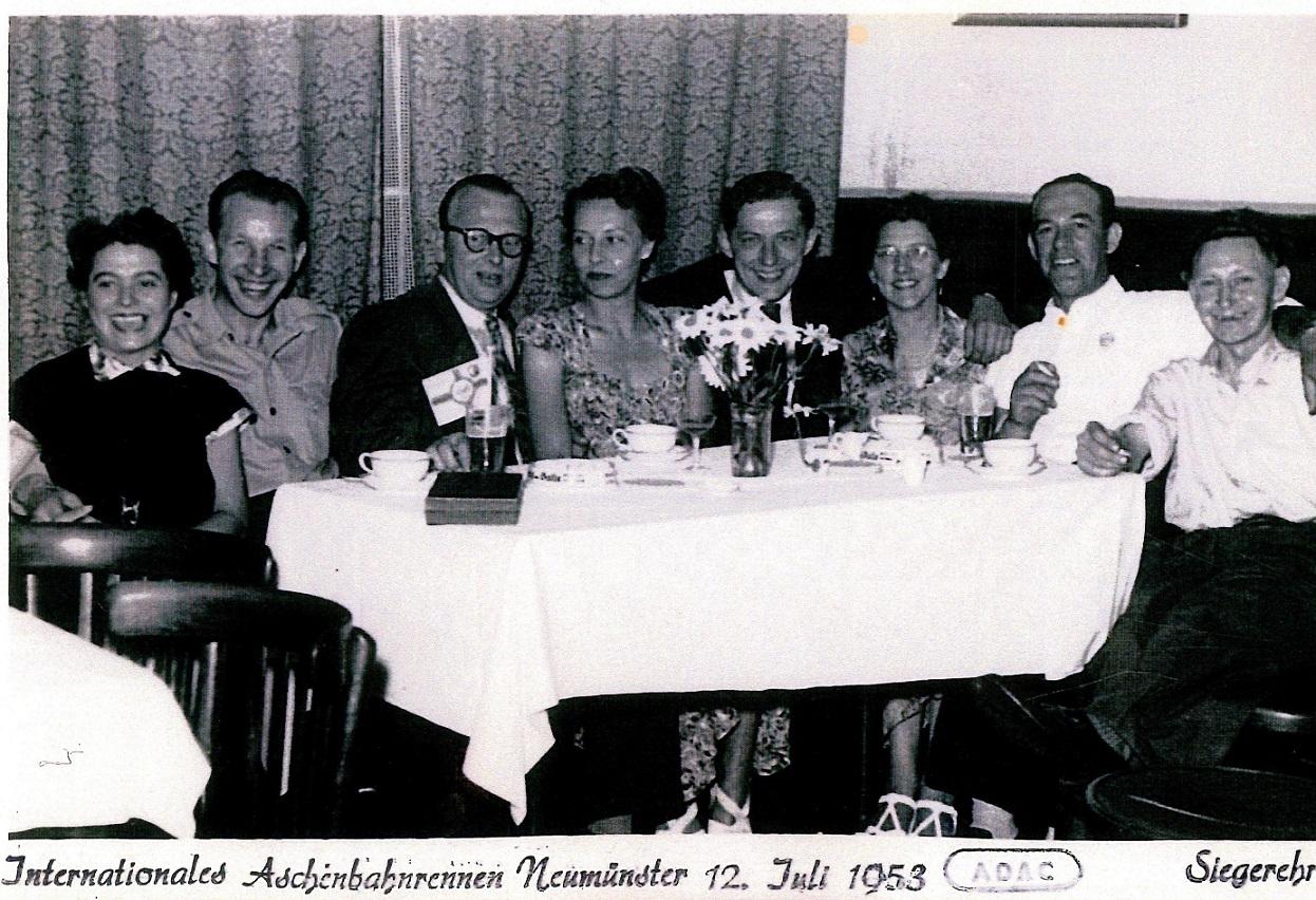 Poul Sørensen ( med briller ) var leder for et dansk hold, der kørte i Neumünster juli 1953.