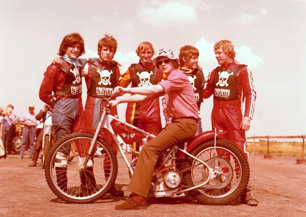 Piraterne vandt DM-hold i 1973. Fra venstre Mogens Dam, Preben Rosenkilde, Jens Erik Krause-Kjær, Finn Thomsen og Kurt Thomsen. På Rosenkildes cykel holdleder Lars Pedersen. Foto Korskroen juni 73.