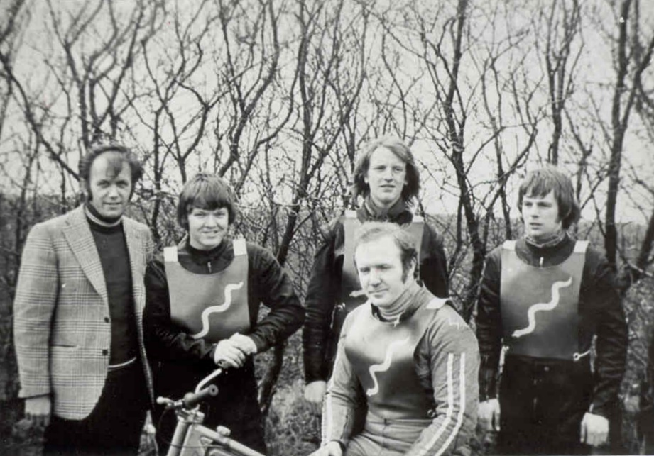 Hvidsten 1972. Det første Python-hold. Fra venstre holdleder Henning Damsgaard, Finn, Steen Normann og John Williams. På cyklen holdkaptajn Frank Damgaard.