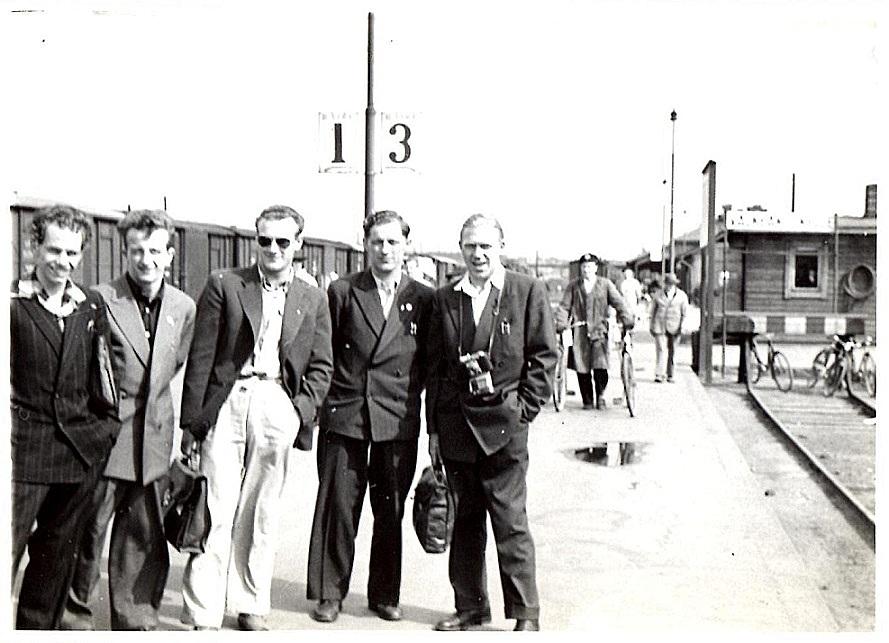 I Finland gik det med tog til banen i Tammerfors. Her Leif Bech, Pander, Kiehn, Aksel og Ejvind Pedersen klar til afgang.