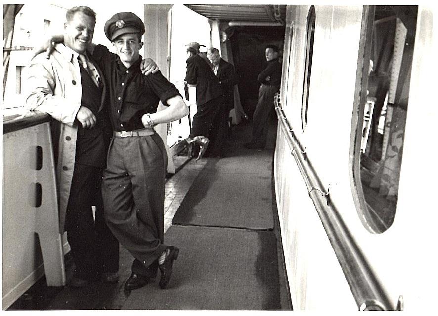 Man mødtes med de andre danskere i Stockholm og tog båden til Finland. Her morer Arne Pander sig med en kasket.