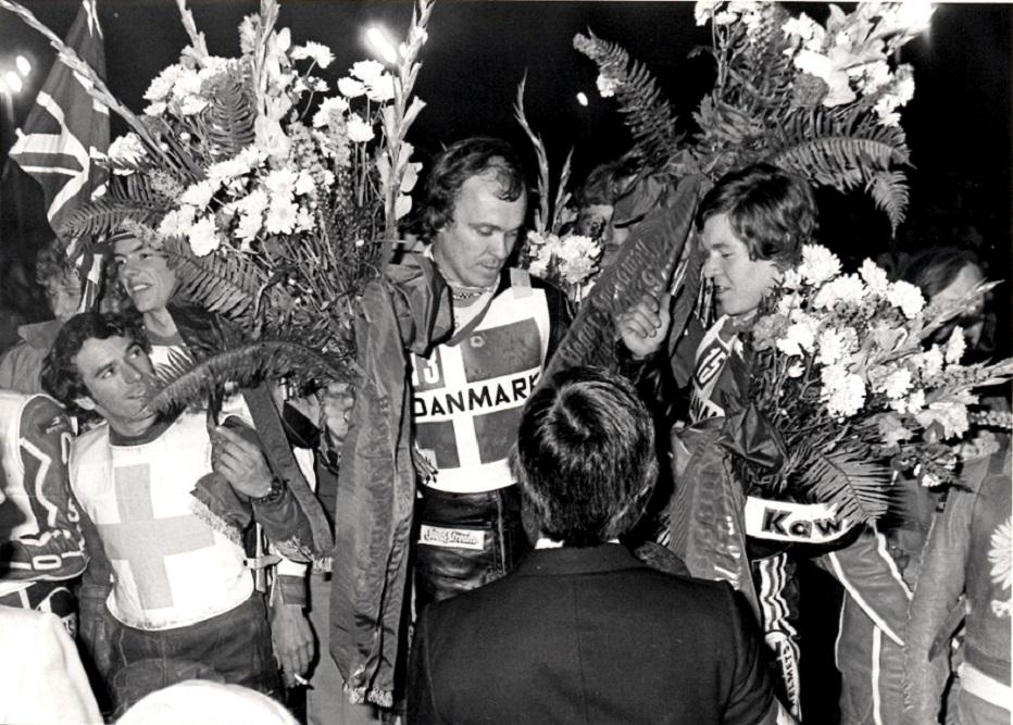 Olsen og Thomsen med masser af blomster.