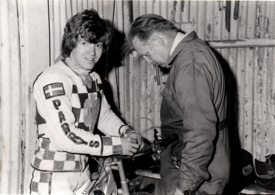 Svigerfar Carl Andersen assisterer Finn ved en af Hackneys matcher.