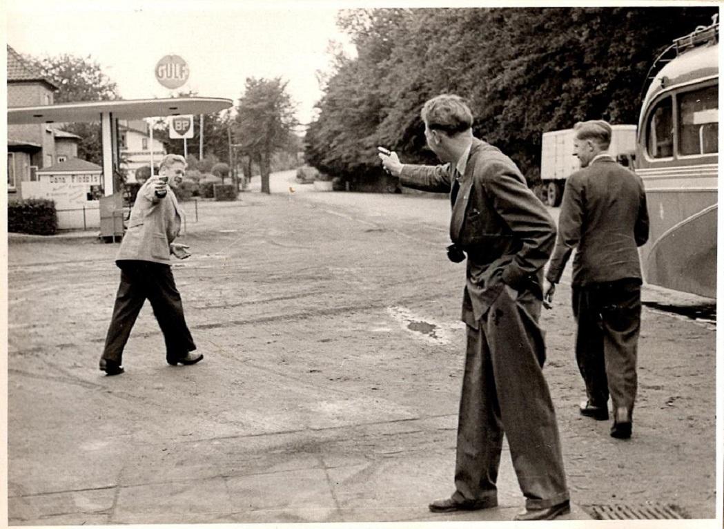 Der skydes stadig. Bent Rasmussen tv. Henning P. og Aksel th.