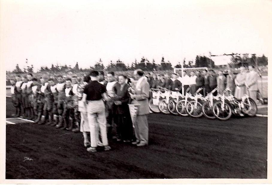 Billeder fra Polen. Poul  Sørensen til højre for det danske hold.