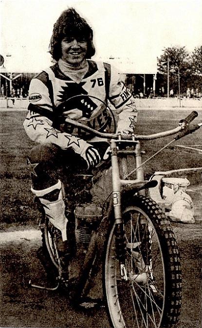 Finn poserer her på et fan-postkort i Wolwerhampton vest 1976.