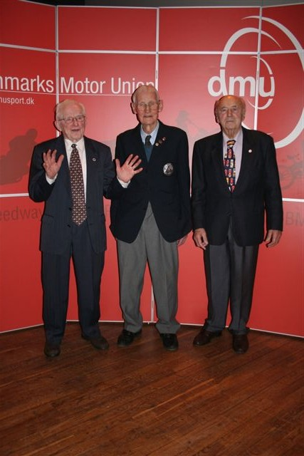 På DMU´s Repræsentantsskabsmøde hædres hvert år efter indstilling fra klubberne medlemmer, der har været medlem af DMU i 50 år eller mere. Fra mødet i 2006 hyldes her Aksel, Svend Nissen og Knud Nielsen.