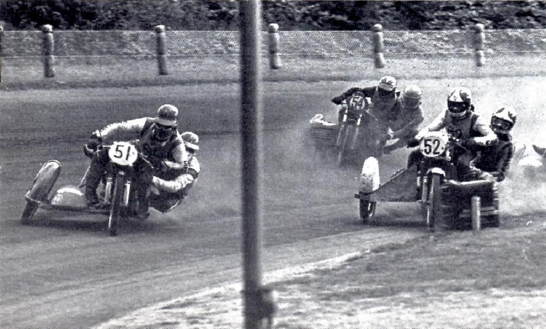 Motorbladet bragte dette billede fra DM sidevogne 750cc 1976, der blev afviklet i forbindelse med Guldbarreløbet på Charlottenlund Travbane. Frank og Henning er her i front foran nr. 52 John Steffensen/Finn Møller, der vandt mesterskabet og nr. 54 Ib Eriksen/Erik Dam, der blev nr. 2.