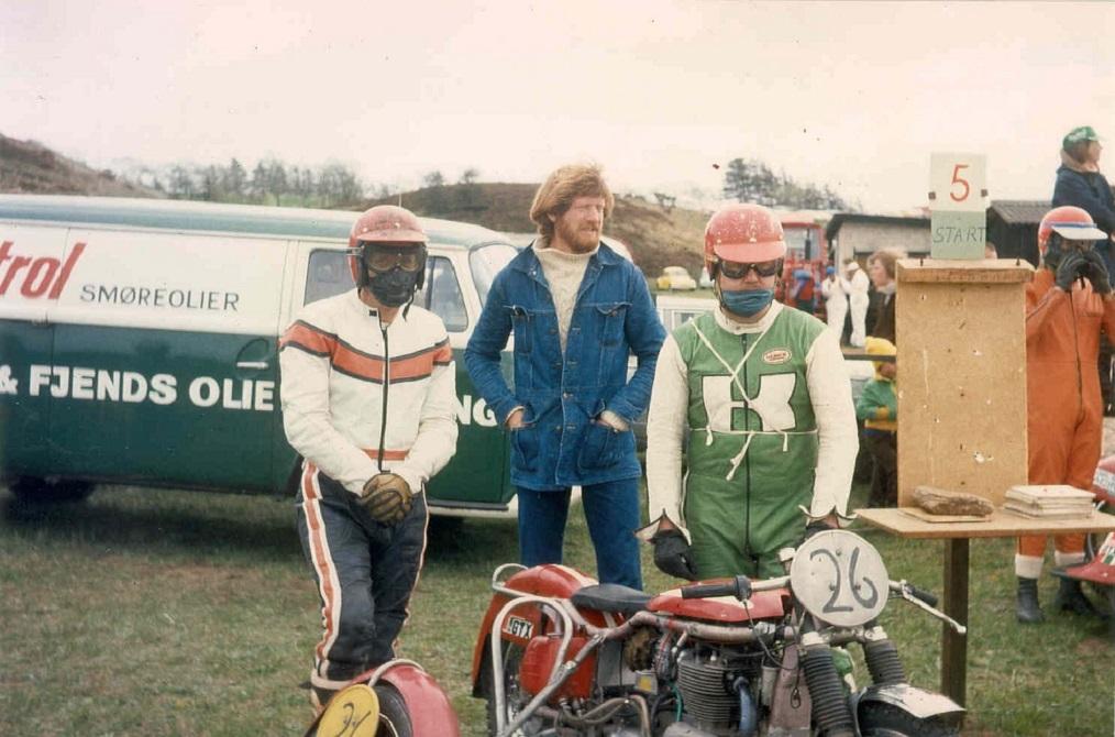 Hennings 750cc Weslake motor blev bygget ind i stel købt af Bob Jensen. Her ses de med maskinen ved St. Bededagsløbet i Løvel 1976. I midten Niels Kjeldsen.