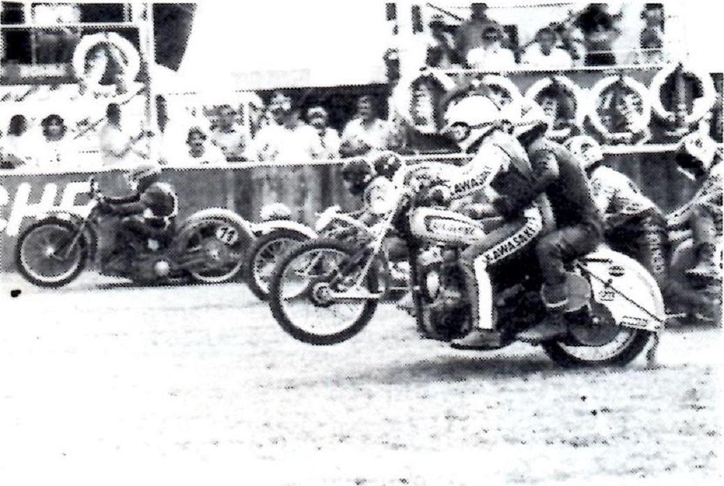 Billede fra Motorbladets omtale af EM-Græsfinalen med Frank/Jørn i forgrunden. MB sept. 80.