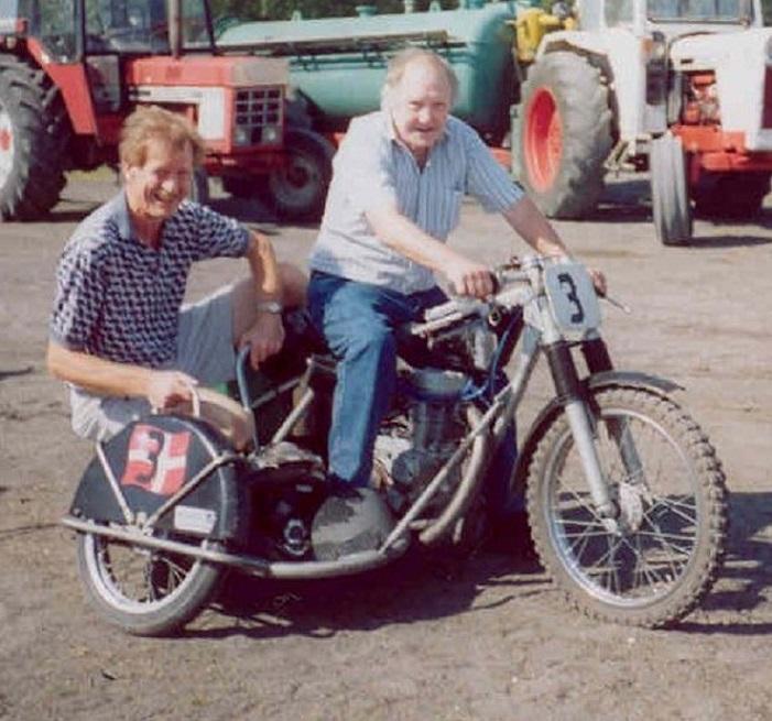 Fra Fladbro-banens 50 års Jubilæum i 2004. Frank med Niels Kjeldsen i sidevognen. Cyklen er Bent Jensens Luckhurst.