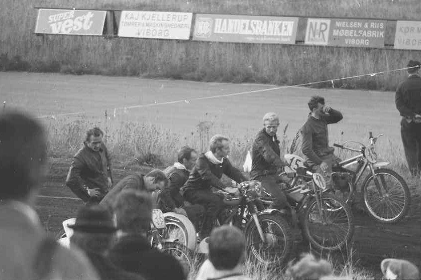 Klar til laurbærkranse. Th. for Frank og Henning er det Kr. Møller Madsen-Ole Eilsøe, der vandt sidevogn sport, Ernst Jensen, der vandt 250cc og Henning Thomadsen, der vandt 500cc.