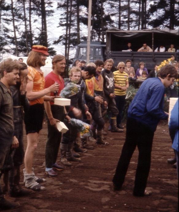 Elling Grundlovsdag 1971. Carsten vandt 250cc klassen og ses her efter Niels Kjeldsen med rød kasket og Gert Nielsen.