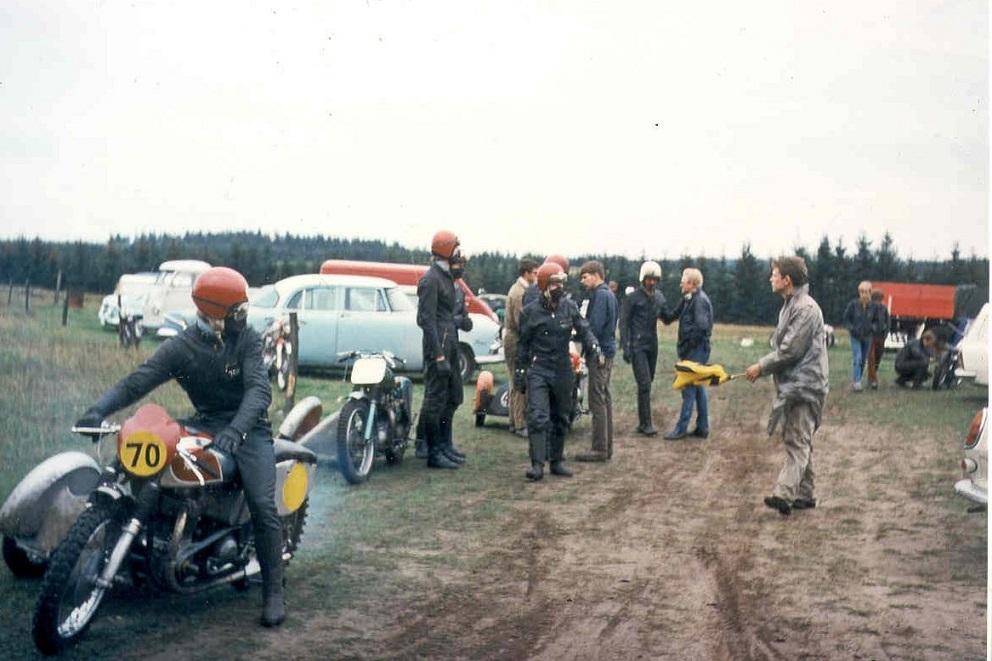 Elling 1968. Forrest H.J. Svendsen på sin Norton. Alex Hasager på vej. Bagved Niller. Til højre Preben Rosenkilde, der dirigerer med flaget.