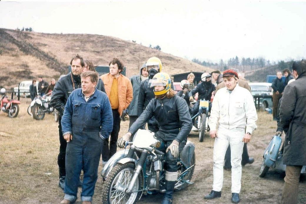 Løvel maj 1971. Niller og Gert klar til udkørsel. Yderst tv ses Robert Dam og i hvid kedeldragt th er det Jens Bæk.
