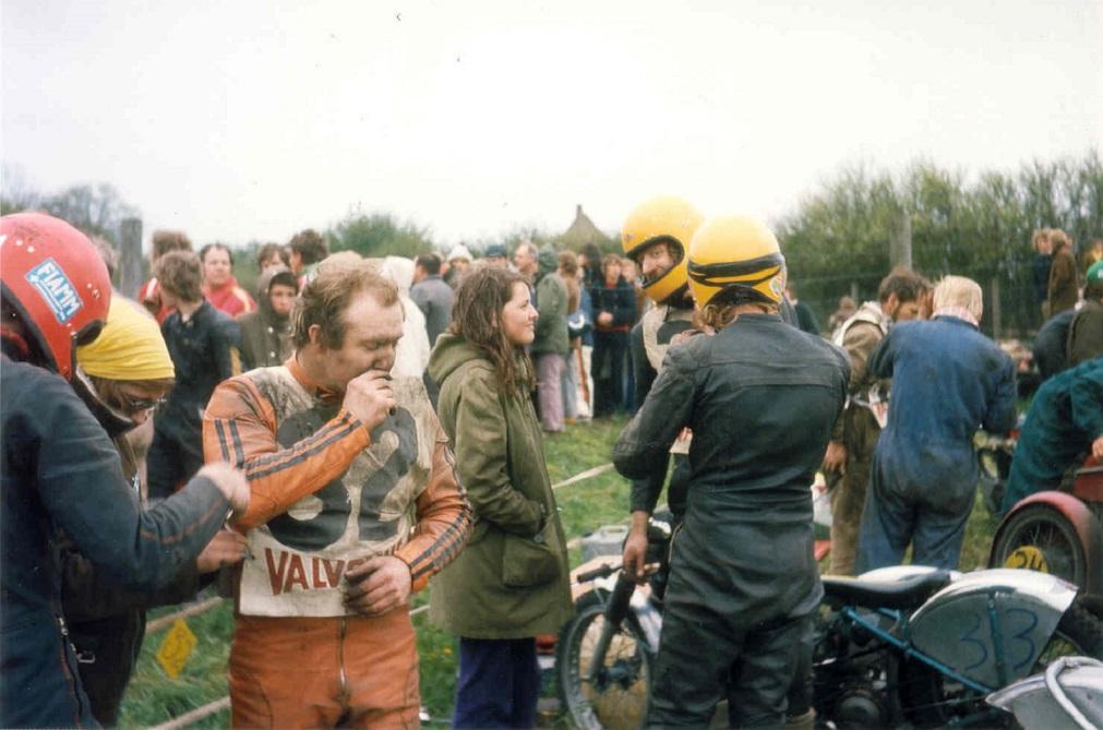 Billedet er sandsynligvis fra Fangel maj 73. Frank Damgaard får sig vist en smøg, mens Niller og Gert ses med de gule hjelme.