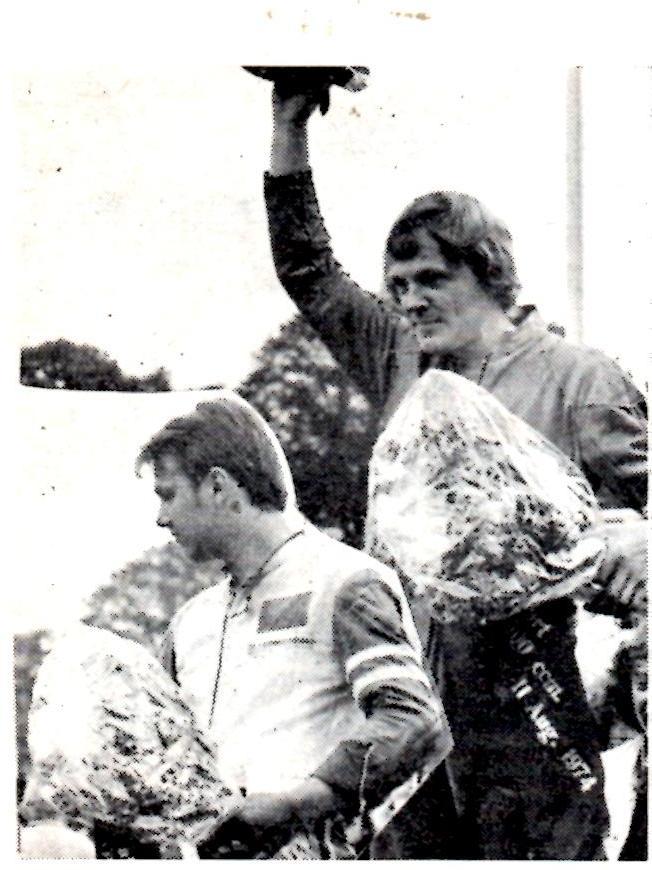 Guldbarreløbet 1974 500cc sport. Carsten hyldes her. Til venstre Per Ipland, som vandt jun. spec. MB sept. 74