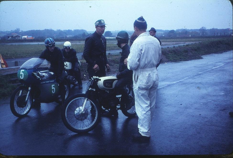 Carsten var med i Djursland Motor Klub, da han i 1966 deltog i DM på Ring Djursland. Han kørte på VSOP, der stod for Vagn Stevnshoved Own Product. Vagn havde bygget to Guazzoni krumtaphuse sammen og fået støbt nogle cylindre efter MZ forbillede. Cyklen blev dog ikke nogen succes, da konstruktionen led under vareproblemer. Carsten her på VSOP diskuterer med Vagn. Nr. 5 er Chris Fisker og bag ved ham er det Allan Terndrup på Yamaha.