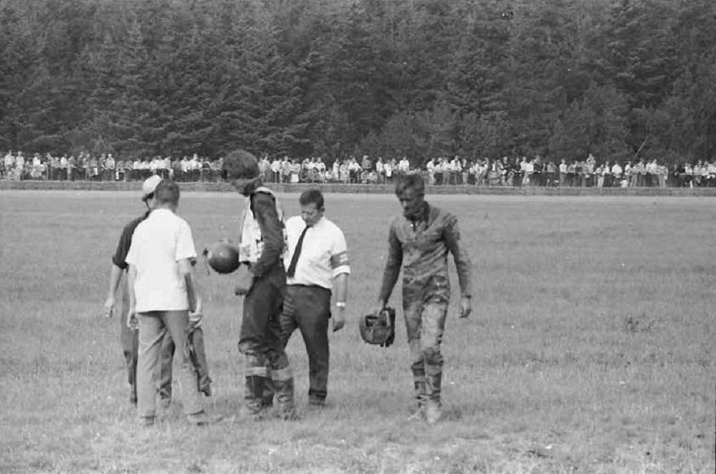 DM Skive 1969. Her er det gået galt for Niller og Gert, der kørte ind over inderbanen. Imellem Niller og Gert står Egon Nielsen, Viborg, der var maskintilsynschef den dag.