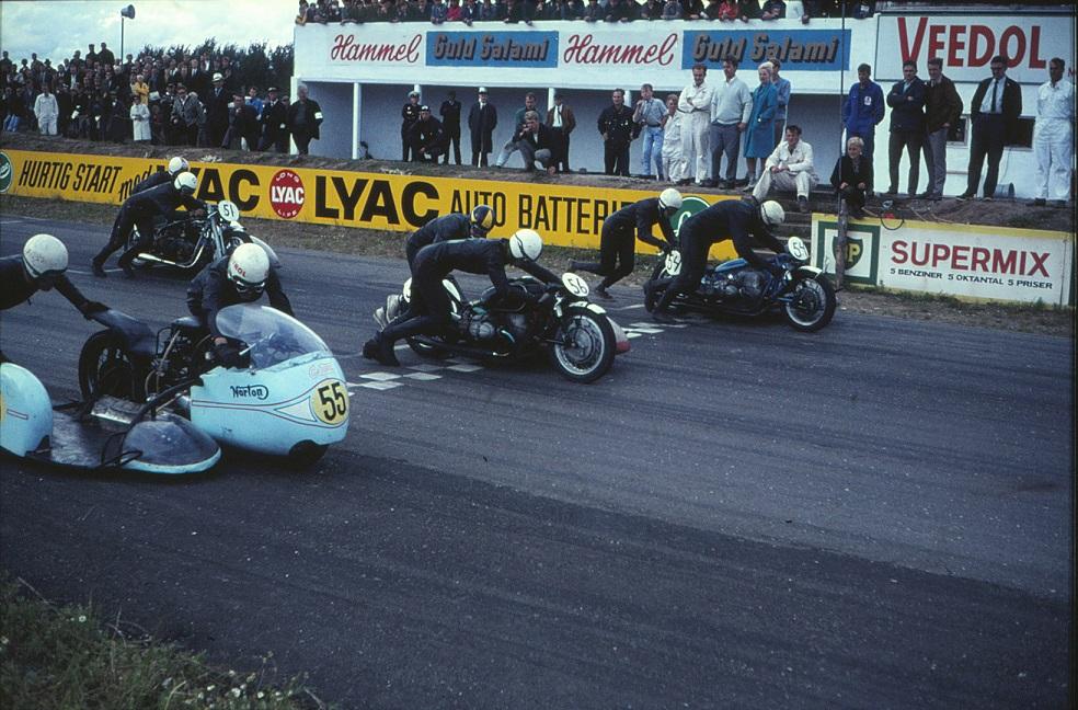 Kanonløbet Ring Djursland 1966. John og Ole med nr. 55 ved siden af et par svenske BMW-kørere.