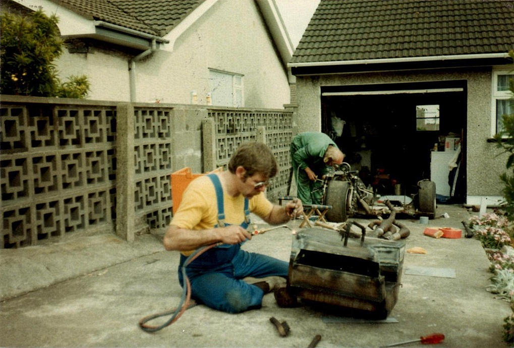 Asger og Ole var privat indkvarteret på Man, så her er der skruetid ved den lånte garage. Img1.