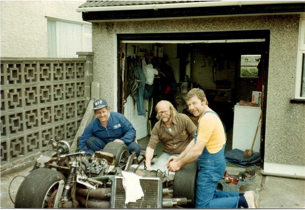 Asger og Ole var privat indkvarteret på Man, så her er der skruetid ved den lånte garage. Img1. Til venstre Asgers mekaniker Johnny.
