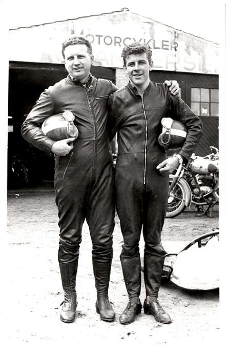 Et par flotte fyre klar til presseindslag før Top-race i 1963. Carls værksted på Brendstrupvej i baggrunden.