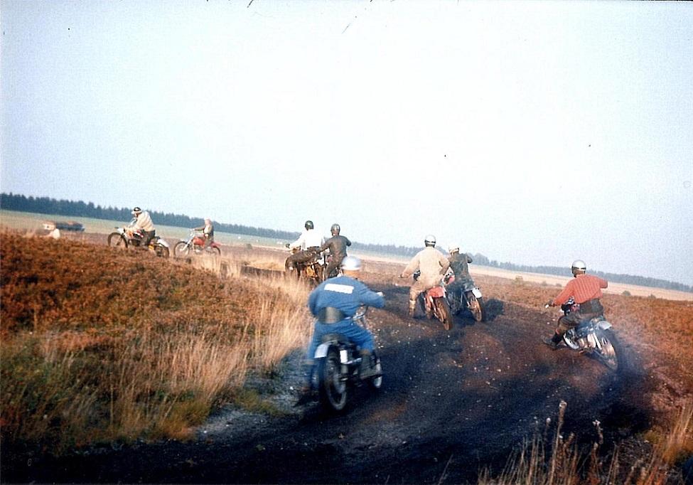 Det første klubmesterskab i moto-cross blev afholdt i Uhre 10. okt. 1970. Her ses Ole Hald ifront foran Erik Sørensen, Carsten Jørgensen, Ole Møller på Husquarna, John Williams på den røde Bultaco Pursang, Krause og Åge Breum.
