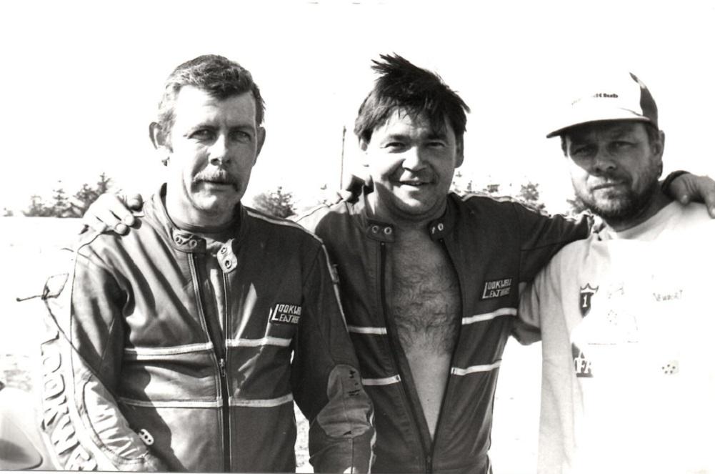 DM Anderstorp 1988 sidste afd. Benny og Ole har sikret sig et nyt DM og ses her sammen med mekanikeren Gorm. I 1988 kørte de atter en Yamaha to-takts motor i stedet for Kawa-motoren fra 87.