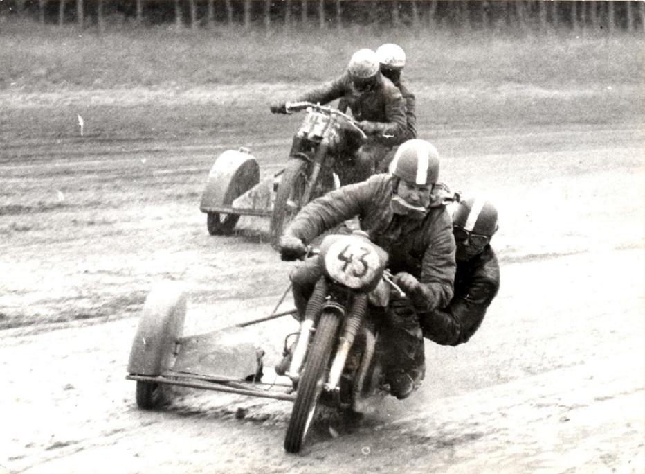 DM i Skive 1963 blev nok det vådeste nogensinde. Her ses Carl og Ole med nr. 43 og Callesen med nr. 41. Carl og Ole lå nr. 2 i finalen efter Callesen, da kæden sprang i udgangen af sidste sving.