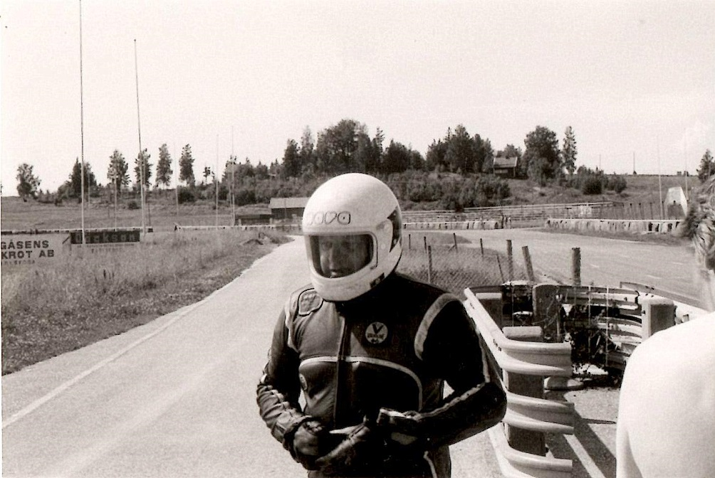 Arne Mogensen klar til at prøve som sidevognsmand på Karlskoga juli 82, img1.