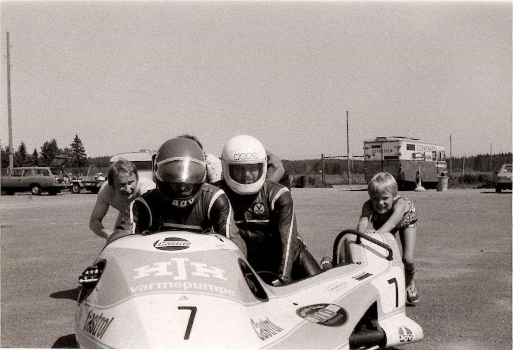 Arne Mogensen klar til at prøve som sidevognsmand på Karlskoga juli 82, img3.