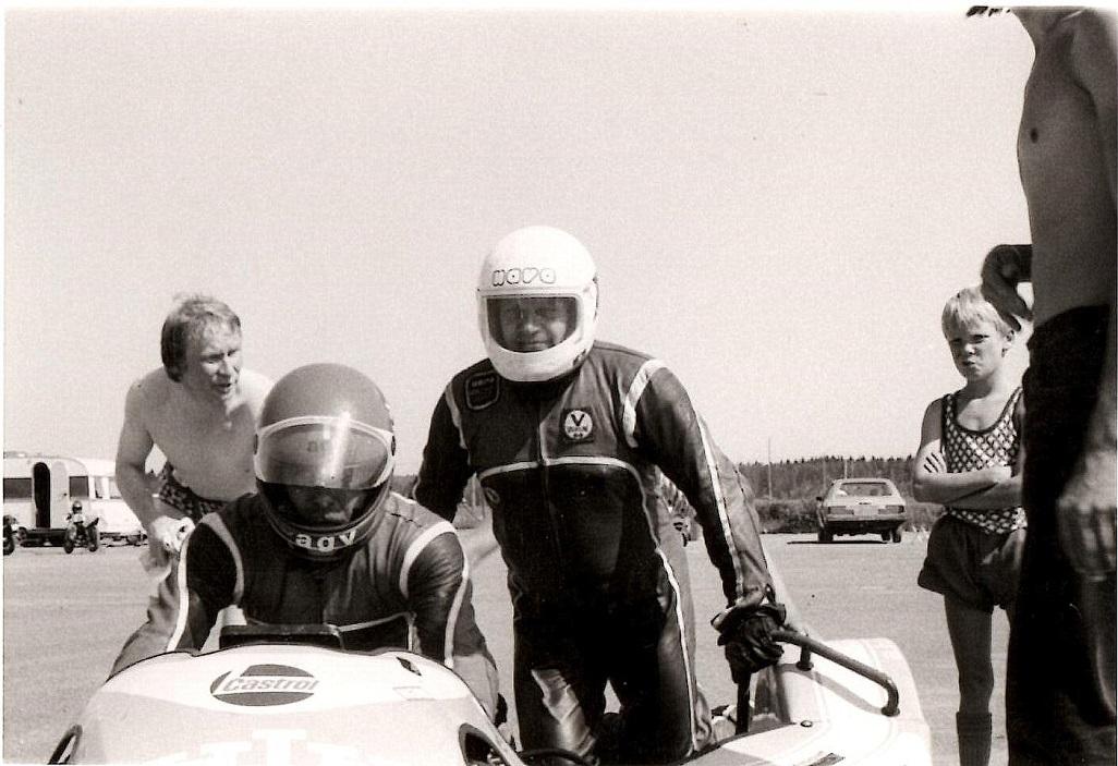 Arne Mogensen klar til at prøve som sidevognsmand på Karlskoga juli 82, img2.