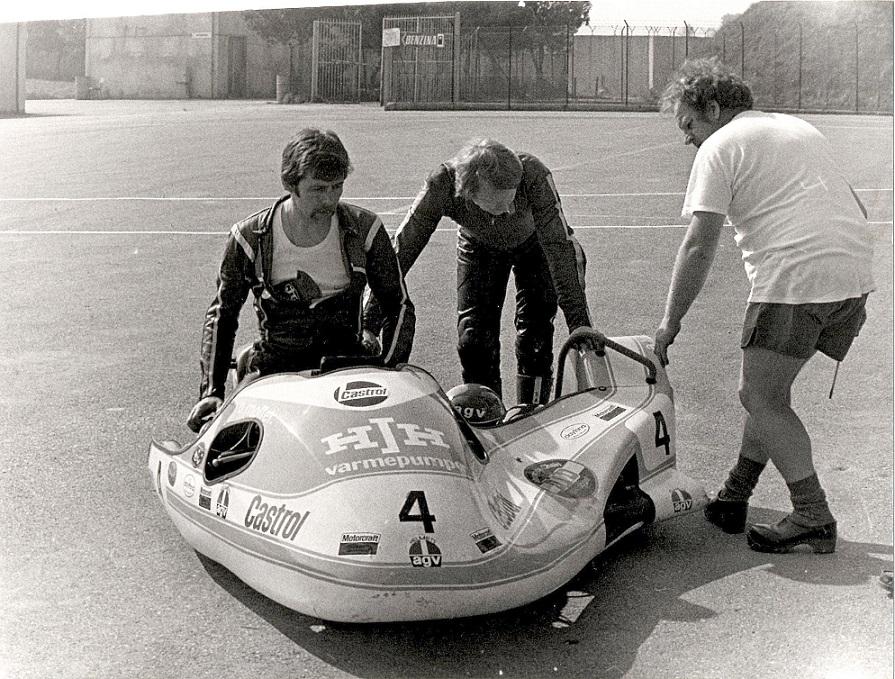 DMU afholdt i slutningen af marts 1983 den første træningslejr af en række på Misano banen i Italien. Ole og Alex var blandt pionererne i denne første træningslejr og ses her sammen med Arne Mogensen.