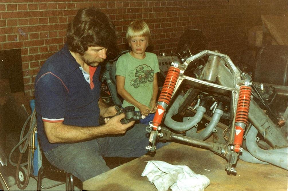 Billeder fra opbygningen af sidevognsraceren. Den meget unge Ulrik Hasager følger Oles arbejde.