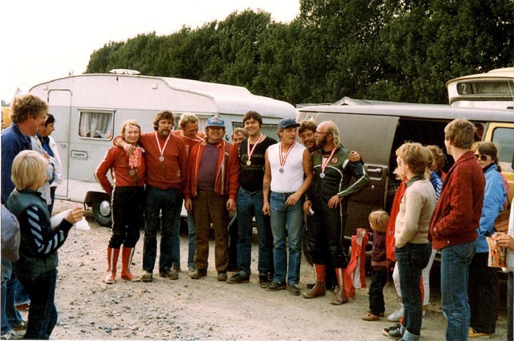 Præmieuddeling efter sidste afd. af DM 1981 eller 82 på Ring Djursland. Til venstre skimtes Steen Normann og Service. Det var samme medaljetagere i 1981 og 1982, så det har ikke været muligt at bestemme det nøjagtige år.