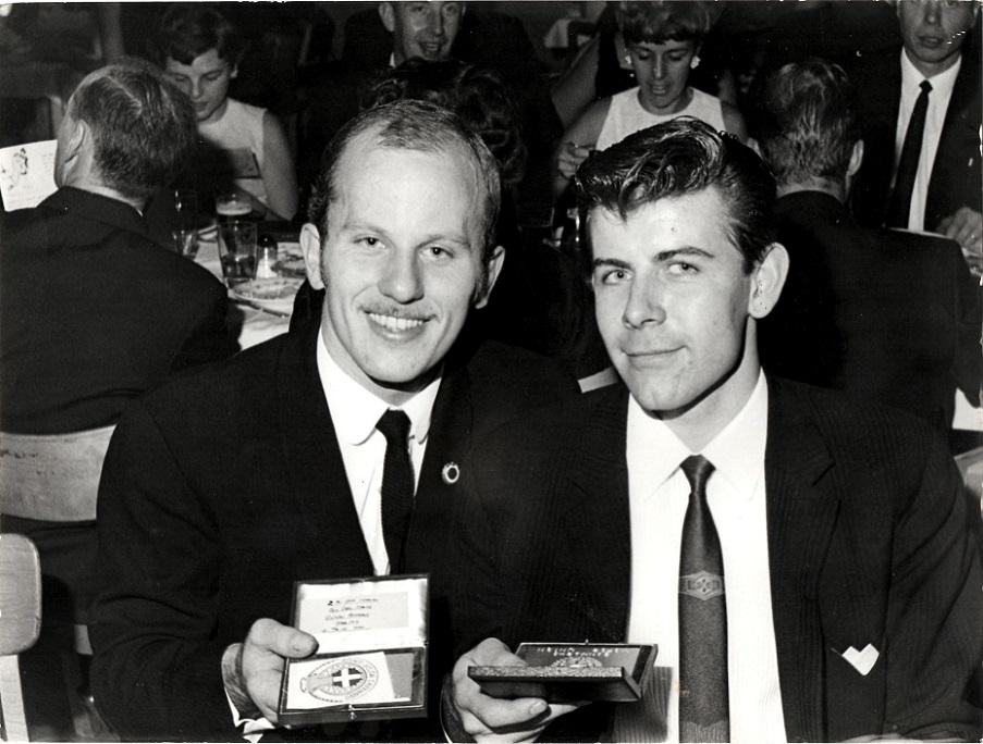 Efter sæsonen 1966 afholdt DMU præmiefest i Randers. Ole Møller th blev nr. 2 i DM-TT på Ring Djursland. Franz Kroon tv vandt DM-titlen.