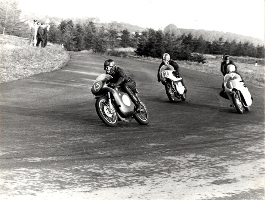 DM 1966 Ring Djursland. Robert Olsen med nr. 13 fører foran Franz med nr. 12. Ole lidt skjult bag nr. 1 Jørgen TT Nielsen.