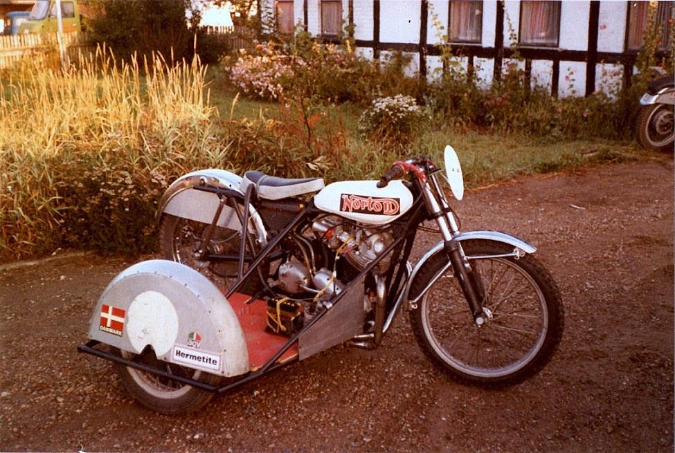 """Det var denne sidevognscykel, som """"Service"""" og Ole fik opbygget i vinteren 76/77. Motoren var en kortslaget Norton img2."""