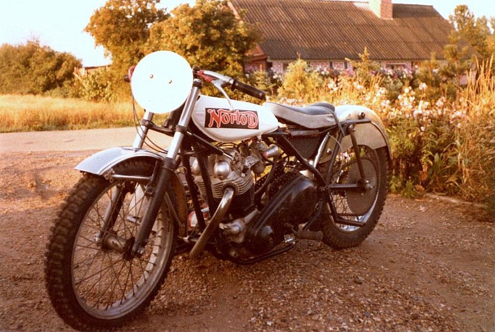 """Det var denne sidevognscykel, som """"Service"""" og Ole fik opbygget i vinteren 76/77. Motoren var en kortslaget Norton img3."""