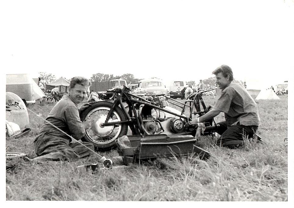 Carl og Ole klargør raceren, sandsynligvis Solitude-Rennen.