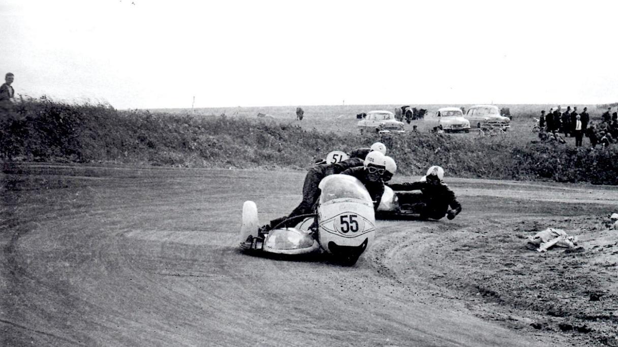 John og Ole runder et af svingene på Ring Djursland.