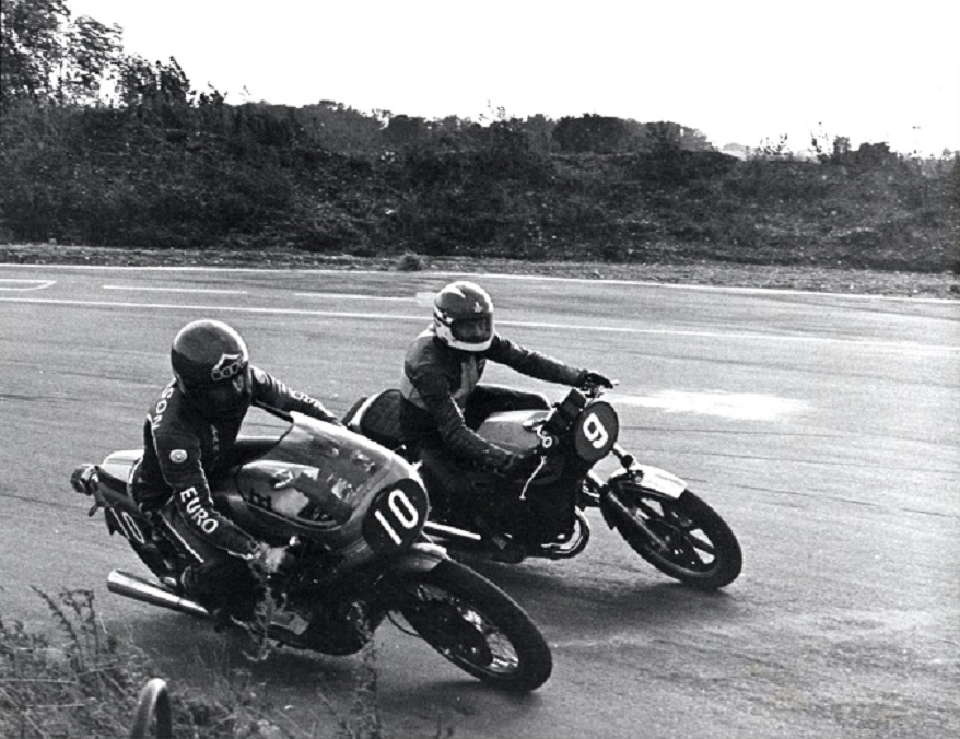 Grand Pokal løbet på Ring Djursland sept. 78. Paul med nr. 9 kører RD400, mens Svend Andersson med nr. 10 forsøgte sig med en Ducati 900SS.